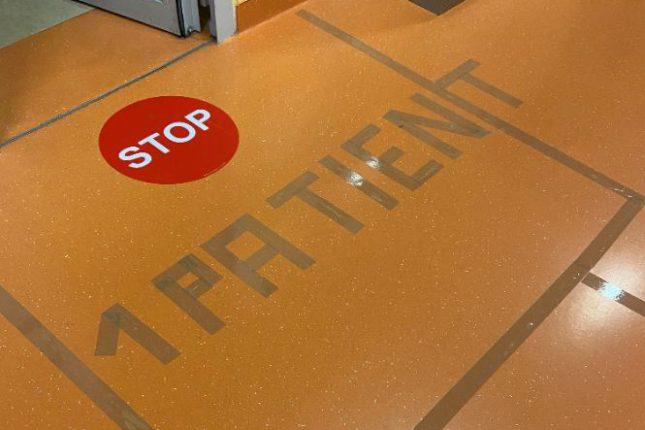 Bitte Abstand halten: Markierung auf Station